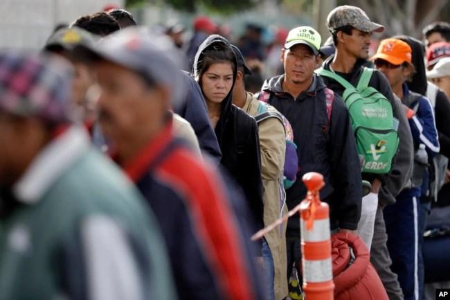 Los migrantes centroamericanos esperan en fila para una comida en un refugio en Tijuana, México, el miércoles 14 de noviembre de 2018.