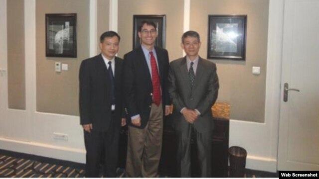 Phó Giám đốc điều hành của Hội Ân xá Quốc Tế Frank Jannuzi gặp Luật sư Nguyễn Văn Đài, thành viên khối 8406 và Bác sĩ Phạm Hồng Sơn tại Vệt Nam, tháng 2 năm 2013.