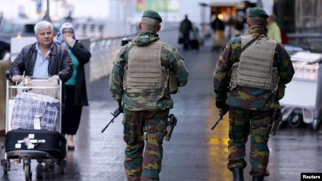 Lính Bỉ tuần tra tại sân bay quốc tế Zaventem gần Brussels, ngày 21/11/2015, sau khi an ninh được thắt chặt tại Bỉ sau các cuộc tấn công gây tử vong ở Paris.