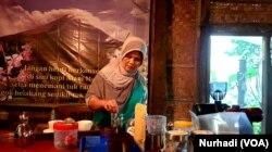 Bu Sari, pemilik warung kopi Merapi menyeduh kopi untuk tamu. (Foto:VOA/ Nurhadi)