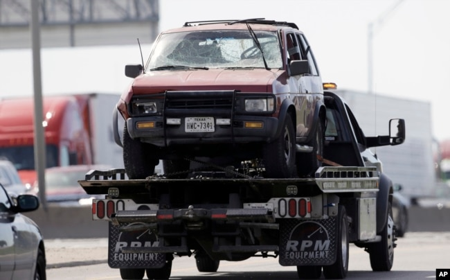 El vehículo de Marc Anthony Conditt, el sospechoso de los ataques con bomba en Austin, Texas, es removido por las autoridades del lugar donde Conditt se suicidó detonando un explosivo. Marzo 21 de 2018.