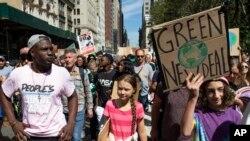 New Yorklu öğrenciler İsveçli aktivist Greta Thunberg önderliğinde yürüdü