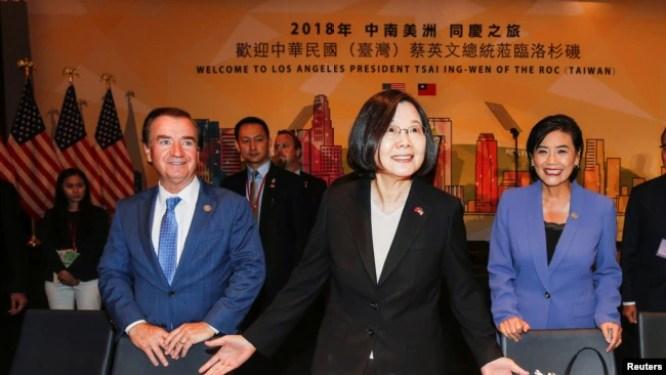 Tổng thống Đài Loan Thái Anh Văn (giữa) và Dân biểu Ed Royce, Dân biểu Judy Chu, tại Los Angeles, California, ngày 12/8/2018.