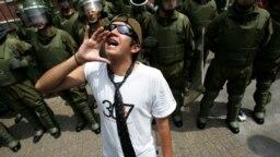 Los opositores en Chile van ahora por el todo. Y los jóvenes repiten la consigna.