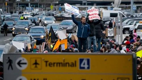 El fiscal general de Nueva York, Eric Schneiderman, se comprometió a retirar todas las paradas para ayudar a cualquier persona detenida como resultado de la acción ejecutiva.