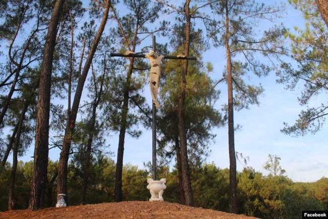 Thánh giá trên Đồi Khổ Nạn từng bị tấn công, đánh cắp năm 2015.