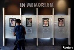 Seorang mahasiswa melihat potret empat mahasiswa yang tewas dalam kekacauan politik tahun 1998 di sebuah museum kecil yang didedikasikan untuk mereka di dalam kampus Universitas Trisakti di Jakarta, 9 Mei 2018.