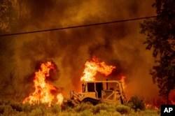 سائںس دانوں کا کہنا ہے کہ خشک موسم اور بڑھتا ہوا درجہ حرارت آگ کو پھیلانے میں مدد دے رہا ہے۔ 17 اگست 2021