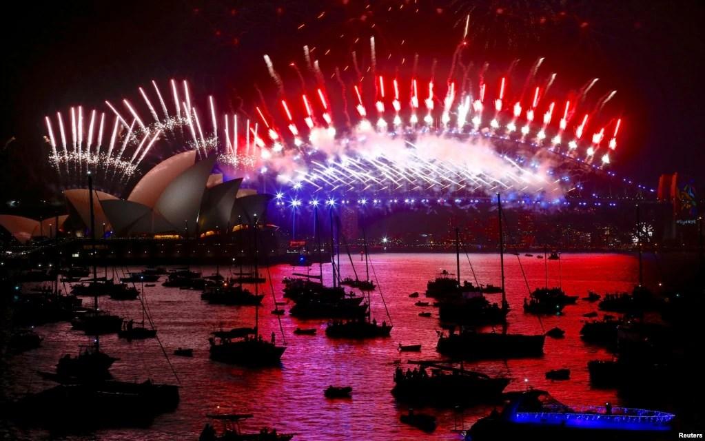 سالِ نو کی تقریبات کا آغاز آسٹریلیا اور نیوزی لینڈ سے ہوا۔ آسٹریلیا کے شہر سڈنی کے مشہور ہاربر برج اور اوپرا ہاؤس پر ہونے والی آتش بازی کا ایک منظر
