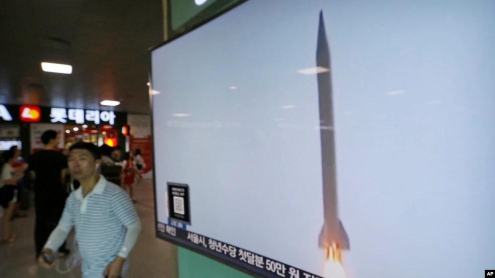 Tivi tại một nhà ga ở thủ đô Seoul, Hàn Quốc đưa tin về vụ phóng phi đạn của Bắc Triều Tiên, ngày 3/8/2016.