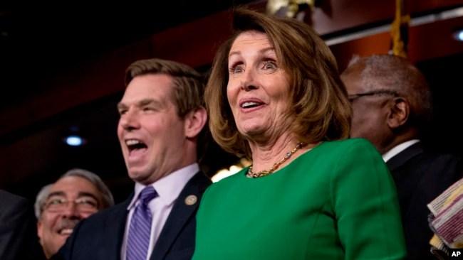 La líder minoritaria de la Cámara Nancy Pelosi de California, acompañada por el representante GK Butterfield, DN.C., y el representante Eric Swalwell, D-Calif., hablaban en una conferencia de prensa sobre Capitol Hill en Washington, el viernes, 24 de marzo de 2017.