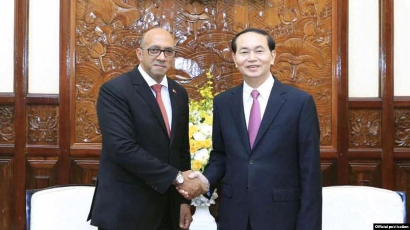Chủ tịch nước Trần Đại Quang (phải) đã tiếp Đại sứ Cuba tại Việt Nam Herminio López Díaz (Ảnh: Tuổi trẻ)