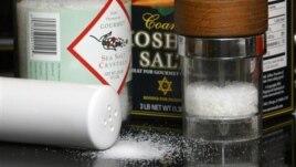 Tiêu thụ nhiều muối là một trong những nguyên do khiến ngày càng có nhiều người Việt bị cao huyết áp, làm tăng nguy cơ bị bệnh về tim mạch và đột quỵ.