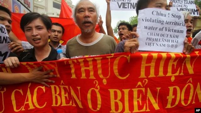 Nhiều cuộc biểu tình phản đối hành động lấn lướt của Trung Quốc ở biển Đông đã bùng ra ở Việt Nam.
