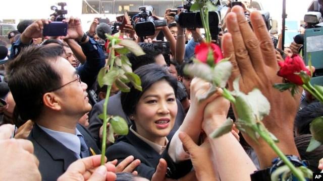Người ủng hộ vây quanh cựu Thủ tướng Thái Lan Yingluck Shinawatra tại Tòa án Tối cao ở Bangkok, Thái Lan, ngày 19/5/2015.