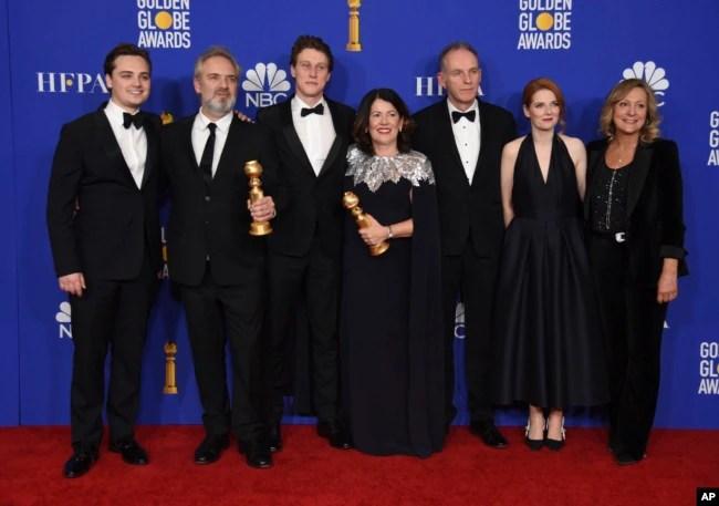 """El elenco de """"1917,"""" posa en el salón de prensa con los premios Globo de Oro en el Beverly Hilton Hotel el domingo, 5 de 2020, en Beverly Hills, California."""