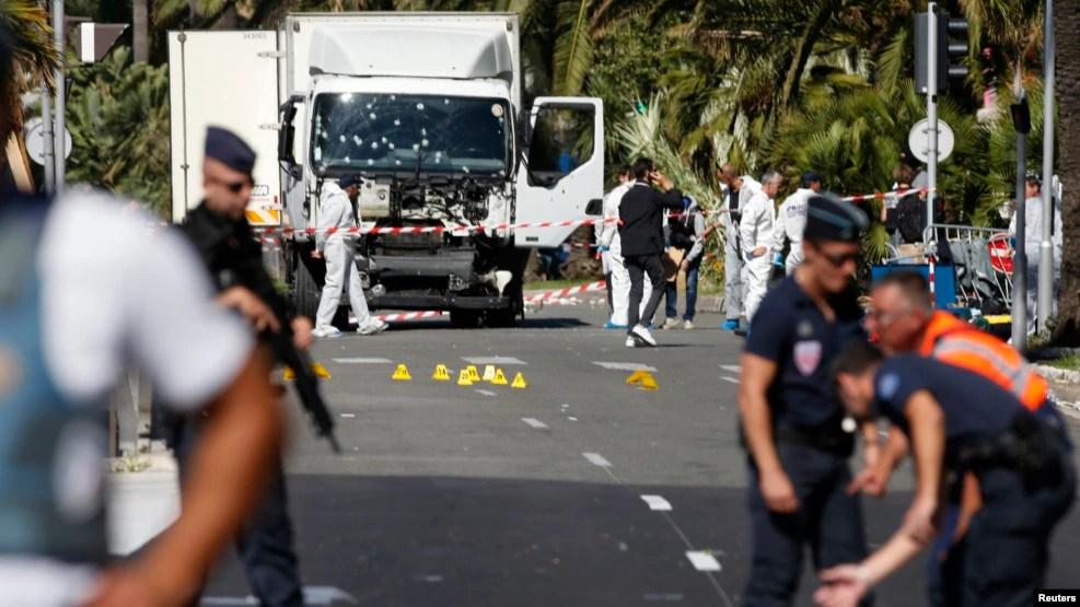 Cảnh sát bảo vệ hiện trường vụ tấn công xe tải trong ngày phá ngục Bastille (Quốc khánh Pháp) 14/7/2016 tại con phố Promenade des Anglais ở Nice, Pháp.