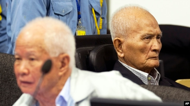 FILE - Khieu Samphan (l), former Khmer Rouge head of state, and Nuon Chea, Khmer Rouge's chief ideologist and No. 2 leader, sit in the court room before they made closing statements at the U.N.- backed war crimes tribunal in Phnom Penh, Oct. 31, 2013.