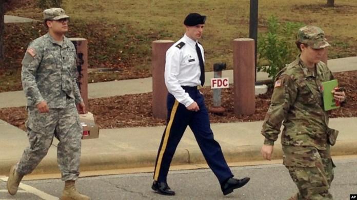En esta foto de archivo se ve al sargento del Ejército de EE.UU. Bowe Bergdahl saliendo de una corte tras una audiencia previa a la juicio en Fort Bragg, Carolina del Norte, el 14 de noviembre de 2016.