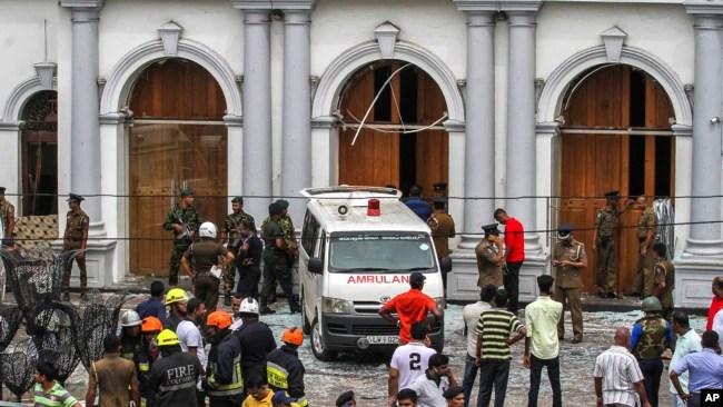 Soldados de Sri Lanka aseguran el área que rodea la iglesia de St. Anthony luego de una explosión el domingo 21 de abril de 2019.