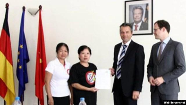 Blogger Hiền Giang Phương Bích trao Tuyên bố 258 cho đại diện Đại sứ quán Đức ông Felix Schwarz và Jonas Koll