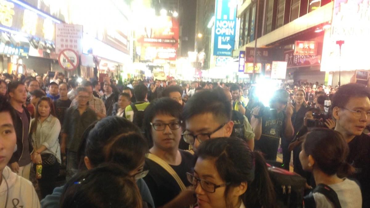 """上千香港市民連續兩晚與警方""""巷戰"""""""