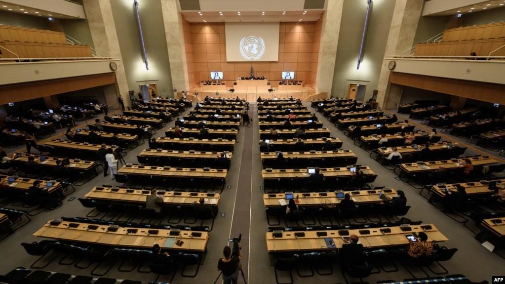 资料照片:由于新冠病毒,代表们在日内瓦出席联合国人权理事会一次会议时戴着口罩并保持社交距离。(2020年6月30日)