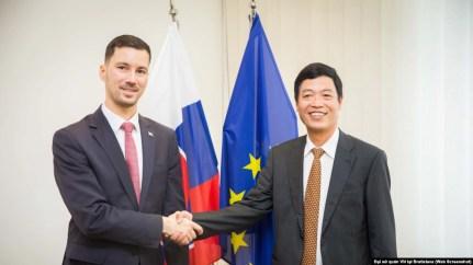Đại sứ Dương Trọng Minh và Quốc vụ khanh Slovakia, Lukas Parizek.