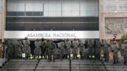 Fuerzas de seguridad se mantienen alertas en la entrada de la Asamblea Nacional de Ecuador para evitar nuevos ataque de los manifestantes que desde la semana pasada se oponen a las políticas de austeridad del presidente Lenín Moreno.