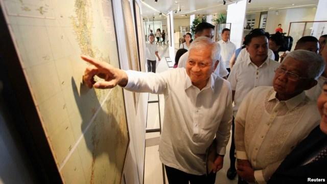Ngoại trưởng Philippines Albert Del Rosario chỉ vào một bản đồ cổ trên màn hình bên cạnh Bộ trưởng Quốc phòng Voltaire Gazmin tại trường đại học Công giáo ở Manila (ảnh tư liệu năm 2014).