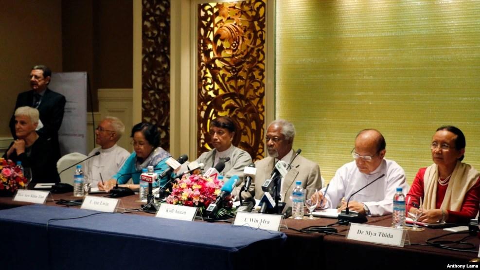 Cựu Tổng Thư ký Liên Hiệp Quốc Kofi Annan (thứ 3 từ phải sang) và các thành viên hội đồng ủy ban trong một cuộc họp báo ở Yangon, Myanmar, ngày 8 tháng 9 năm 2016.