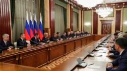 El presidente ruso Vladimir Putin y el primer ministro Dmitry Medvedev se reúnen con miembros del gobierno en Moscú el miércoles. El gobierno ruso renunció después de que el presidente Putin propuso una serie de reformas constitucionales, informaron las agencias de noticias rusas