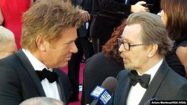 Gary Oldman, derecha, entrevistado en la alfombra roja.