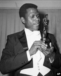 Aktor Sidney Poitier berfoto dengan Piala Oscar untuk Aktor Terbaik pada Academy Awards ke-36 di Santa Monica, California, 13 April 1964. (AP/Photo)