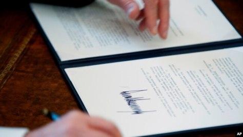 La orden del presidente, aunque muy impopular en el extranjero, fue apoyada por aproximadamente la mitad de todos los estadounidenses, según las encuestas publicadas poco después de que la medida se puso en marcha.