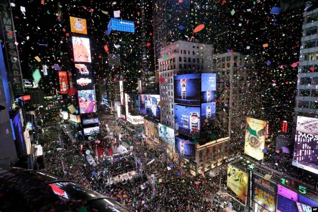 سالِ نو کے استقبال کی آخری بڑی تقریب نیویارک کے ٹائمز اسکوائر میں ہوئی جہاں سخت سکیورٹی میں لاکھوں افراد نے بآوازِ بلند نئے سال کا کاؤنٹ ڈاؤن کیا اور جشن منایا۔