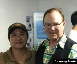 TNKR 영어튜터이자 기금모금 기획자인 마이클 다우니 씨가 탈북자 작가 장진성 씨와 포즈를 취하고 있다.