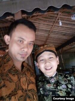 Larry dan Kukuh Ridho Laksono, guru mendalangnya (courtesy: Kukuh)