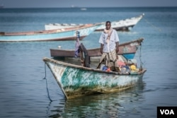 A fisherman arrives at the Bossaso fishing scene in northern Somalia in late March 2018 with his boat. (J. Patinkin / VOA)