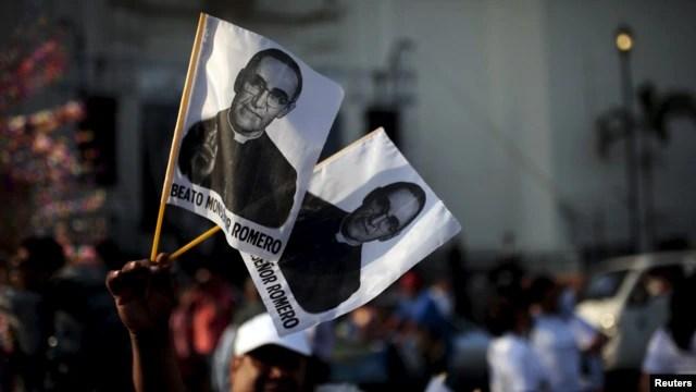 Tổng giám mục Romero - được dân nghèo tôn quí nhưng bị chính phủ cánh hữu cầm quyền cách đây 35 năm bêu xấu - đã bị một biệt đội tử thần cánh hữu bắn chết vào năm 1980.
