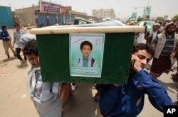 ARCHIVO - Hombres yemeníes cargan el ataúd de un niño que fue asesinado por un ataque aéreo de la coalición liderada por Arabia Saudita, durante un funeral en Saada, Yemen, el 13 de agosto de 2018.