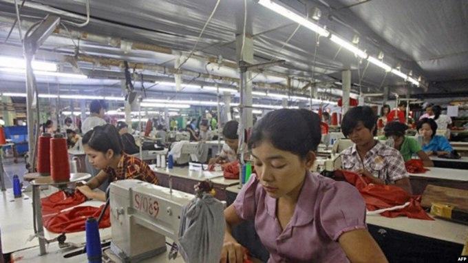 ၂၀၁၂ စက္တင္ဘာတုန္းက အထည္ခ်ဳပ္စက္ရံုတြင္လုပ္ကိုင္ေနေသာ အလုပ္သမမ်ား။