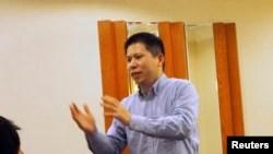 资料照-中国维权人士许志永在北京一次会议上发表讲话,照片日期为 2013 年 3 月 30 日。许志永通过他的在线文章和 Twitter 帐户批评政府选择性反腐和禁锢民主。