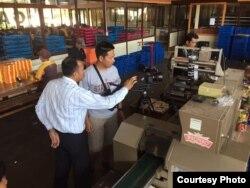 """Syuting film """"Sigek Cokelat"""" di sebuah pabrik (Dok: Ashram Shahrivar)"""