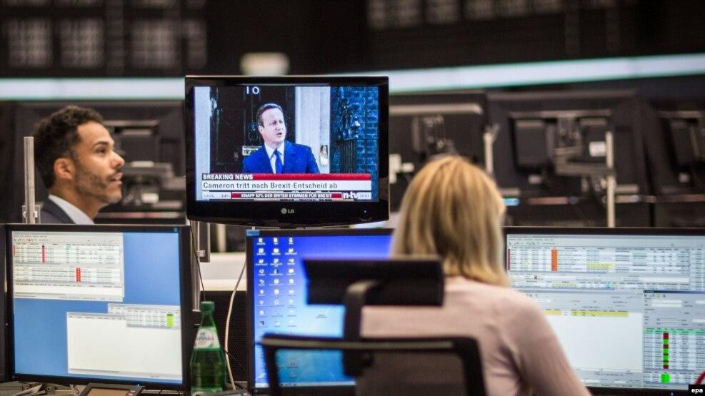 Nhân viên làm việc tại một trung tâm chứng khoán ở Đức đang theo dõi tin tức về Brexit khi Thủ tướng Anh loan báo việc từ chức ngày 24/6/2016.