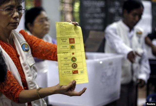Các tình nguyện viên kiểm phiếu tại một trạm bầu cử ở trung tâm Yangon, Myanmar, ngày 8/11/2015.