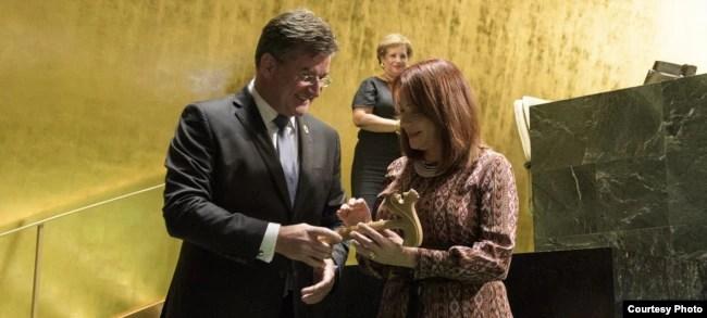 Maria Fernanda Espinosa, exembajadora de Ecuador ante la ONU, recibe el martillo de presidente de la Asamblea General de las Naciones Unidas de mano de su antecesor Miroslav Lajcak. Septiembre 17 de 2018. Foto: Noticias ONU.