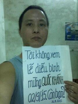 Cư dân Hà Nội Bùi Thế Anh phản đối việc tổ chức diễu binh, diễu hành rầm rộ bằng cách chụp ảnh với tấm biển 'Tôi không xem lễ diễu binh mừng quốc khánh 2/9/2015. Còn bạn?'