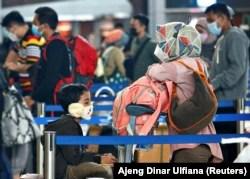 Orang-orang antre untuk check-in tiket dengan barang bawaan mereka di Bandara Soekarno-Hatta untuk mudik menjelang perayaan Idulfitri, di tengah wabah COVID-19 di Tangerang . (REUTERS)
