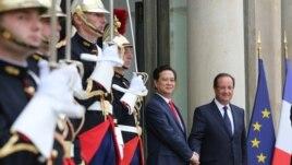 Tổng thống Pháp Francois Hollande chào đón Thủ tướng Việt Nam Nguyễn Tấn Dũng tại điện Elysee ở Paris, ngày 25/9/2013.
